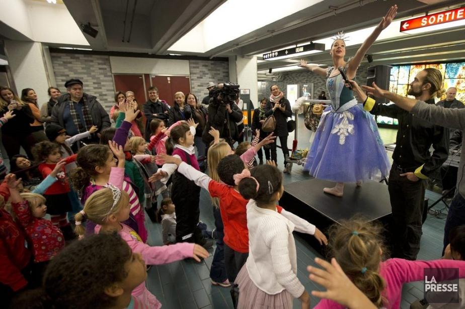 La magie de Noël anime le métro. Hier, de... (Photo: Robert Skinner, La Presse)