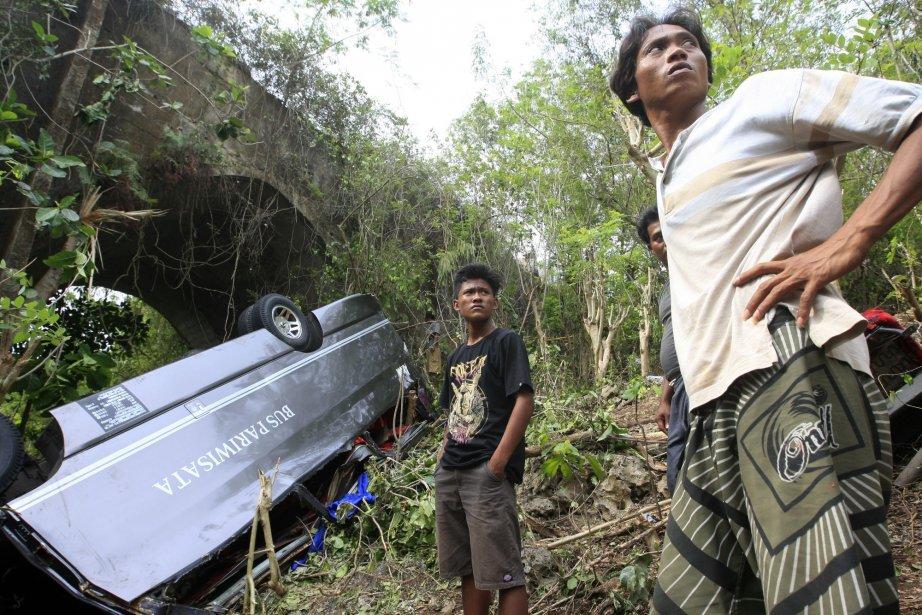 Un accident d'autocar en Indonésie survenu la semaine... (Photo Firdia Lisnawati, Archives AP)