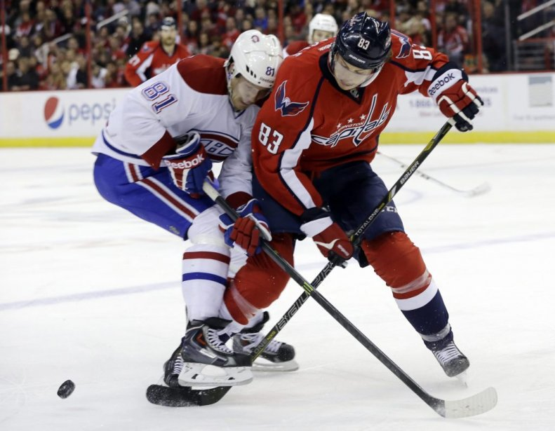 Lars Eller (81) bataille avec Jay Beagle (83) pour la possession de la rondelle. (PHOTO CAROLYN KASTER, ASSOCIATED PRESS)