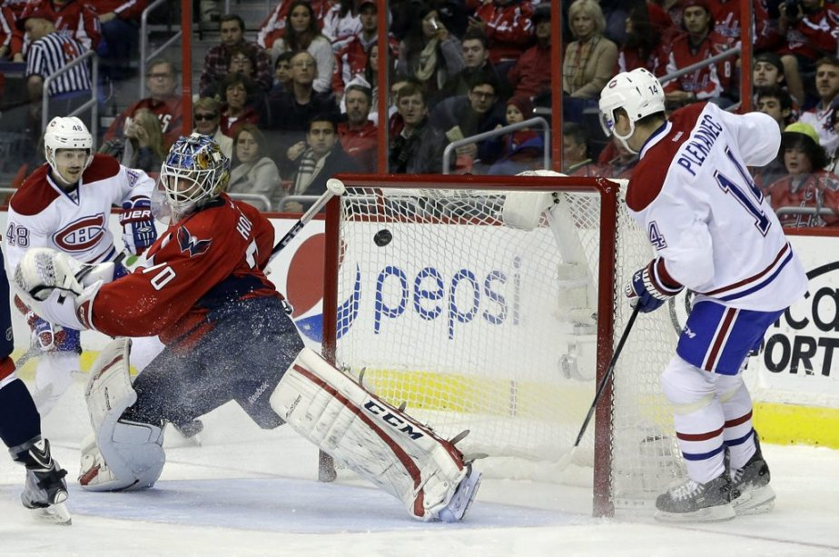 Tomas Plekanec marque un but dans les filets de Braden Holtby, pendant la seconde période. (Photo Carolyn Kaster, AP)