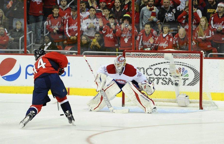 Mikhail Grabovski fait face au gardien Peter Budaj, lors des prolongations. (Brad  Mills, USA Today)
