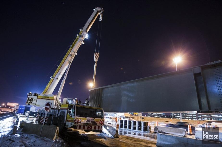 Deux grues ont été mobilisées pour installer cette... (PHOTO EDOUARD PLANTE-FRECHETTE, LA PRESSE)