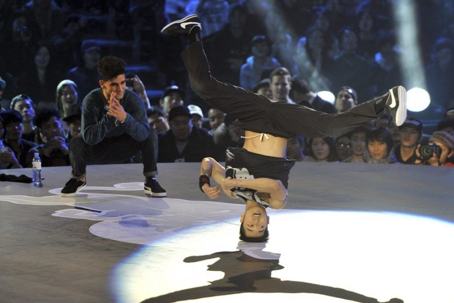 Hong10 performe sous le regard attentif deLil Zoo... (PHOTO JUNG YEON-JE, AGENCE FRANCE PRESSE)
