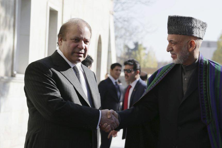 Le premier ministre pakistanais Nawaz Sharif en compagnie... (Photo S. Sabawoon, AP)
