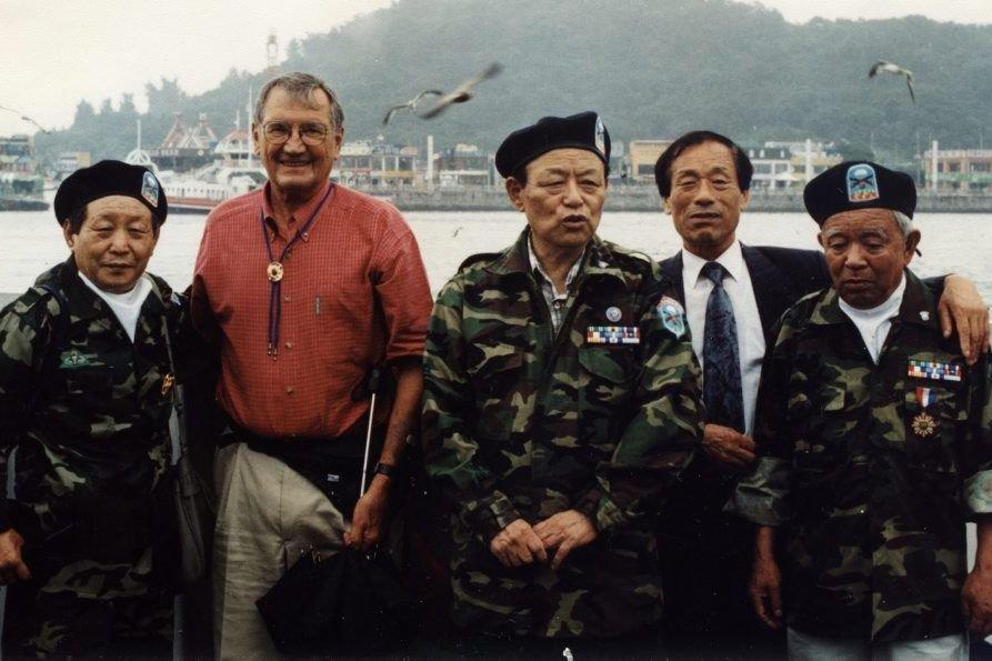Merrill Edward Newman (2e à gauche) pose avec... (PHOTO REUTERS/STRINGER)
