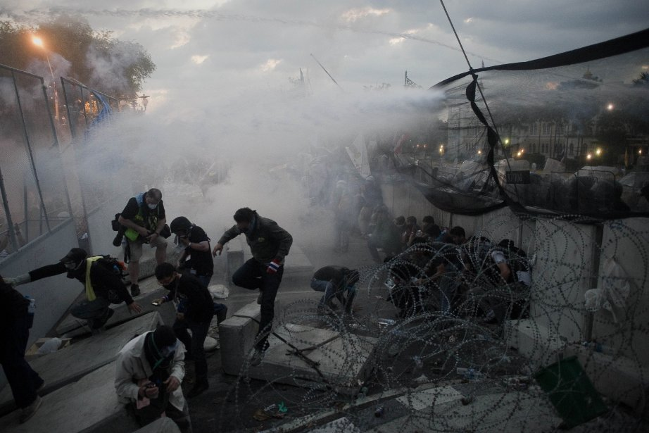 Devant l'entrée du siège du gouvernement, des assauts... (Photo NICOLAS ASFOURI, AFP)