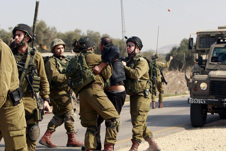 Des soldats israéliens ont détenu un manifestant palestinien... (Photo: AP)