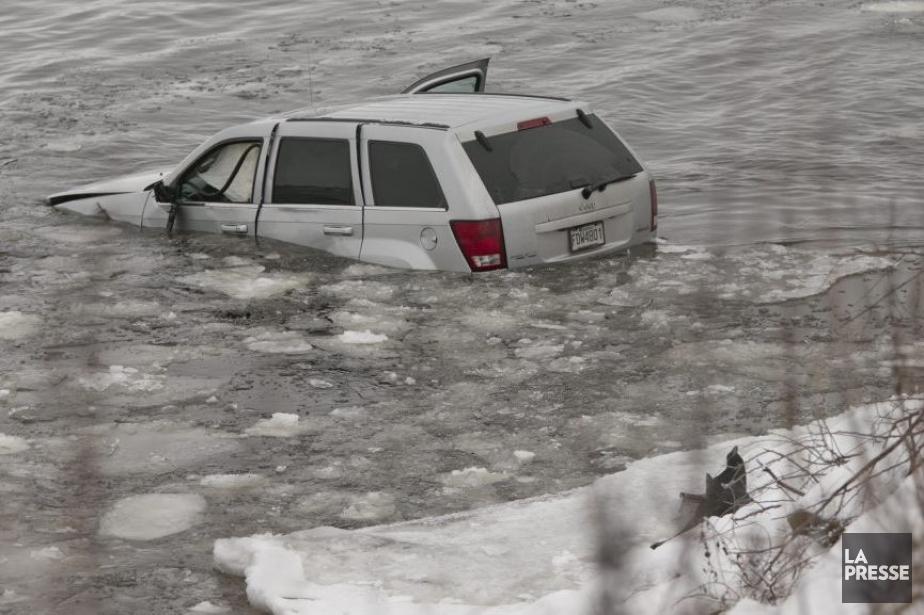 Un véhicule Jeep Grand Cherokee semblait y être... (PHOTO DAVID BOILY, LA PRESSE)