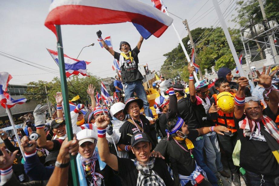 Des milliers de manifestants ont été autorisés mardi... (PHOTO DAMIR SAGOLJ, REUTERS)