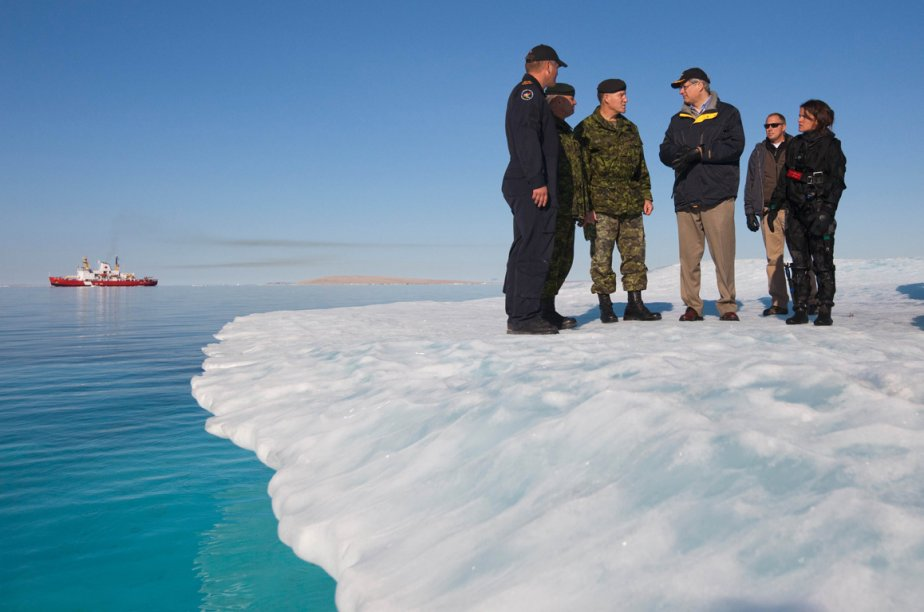 Stephen Harper lors de l'opération annuelle Nanook en... (Photo archives AFP)