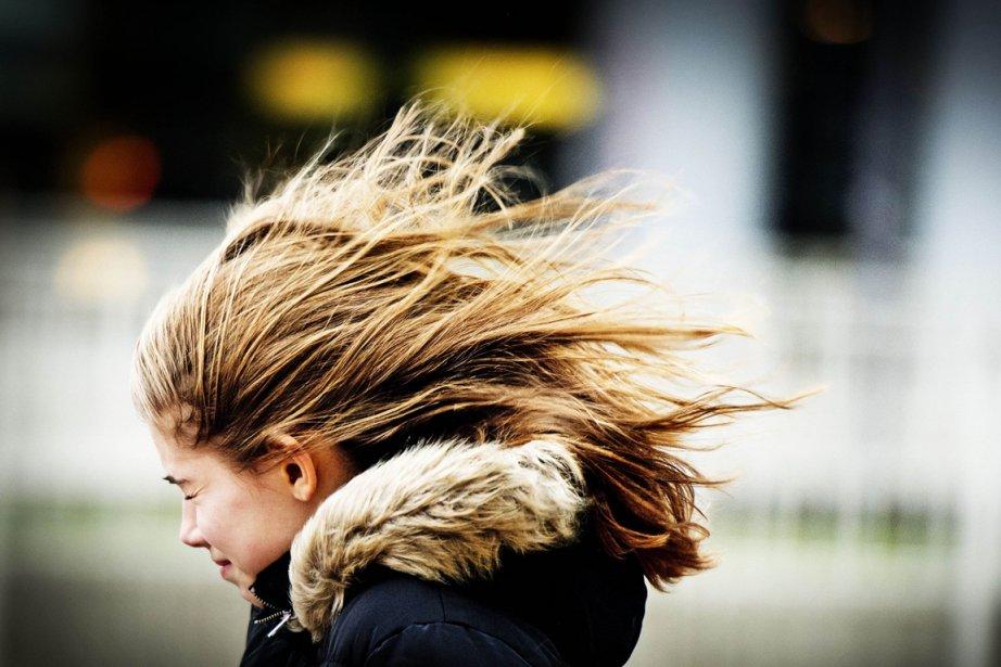 Une jeune fille se bat contre le vent... (PHOTO AFP/ANP)