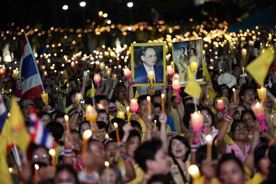 Jeudi, les quelques milliers toujours rassemblés au Monument... (PHOTO DYLAN MARTINEZ, REUTERS)