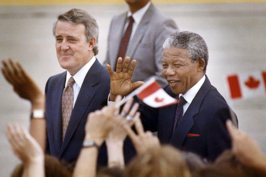Brian Mulroney et Nelson Mandela à Ottawa en... (Photo Wm. DeKay, La Presse Canadienne)