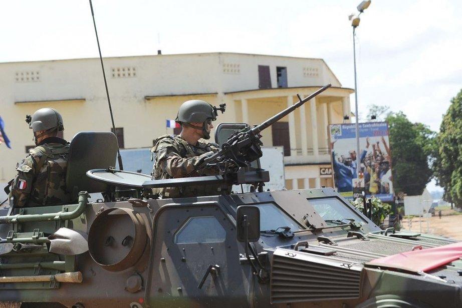 Des soldats français patrouillent près du palais présidentiel,... (PHOTO SIA KAMBOU, AFP)