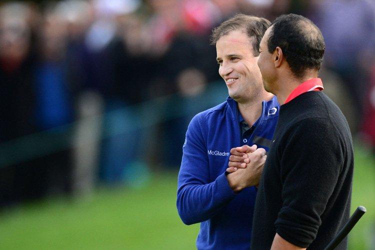 Zach Johnson est félicité par Tiger Woods sur... (Photo: AFP)