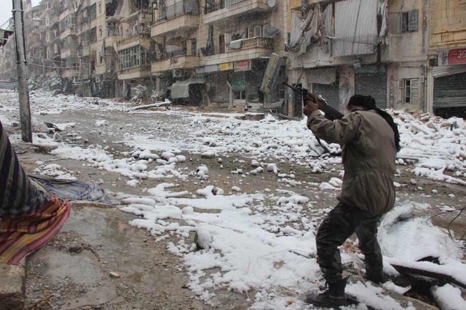 Un combattant rebelle pointe son arme lors de... (PHOTO MEDO HALAB, AFP)