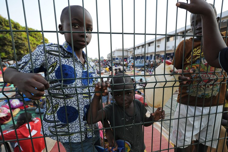Des miliers de réfugiés fuyant la violence se... (Photo: AFP)