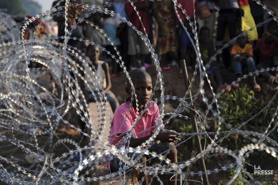 Un enfant attend dans un camp de réfugiés... (Photo AFP)