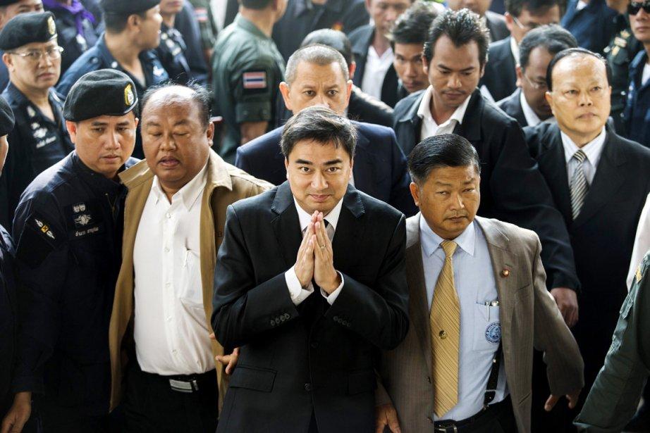 L'ex-premier ministre thaïlandais Abhisit Vejjajiva (au centre), à... (PHOTO ATHIT PERAWONGMETHA, REUTERS)