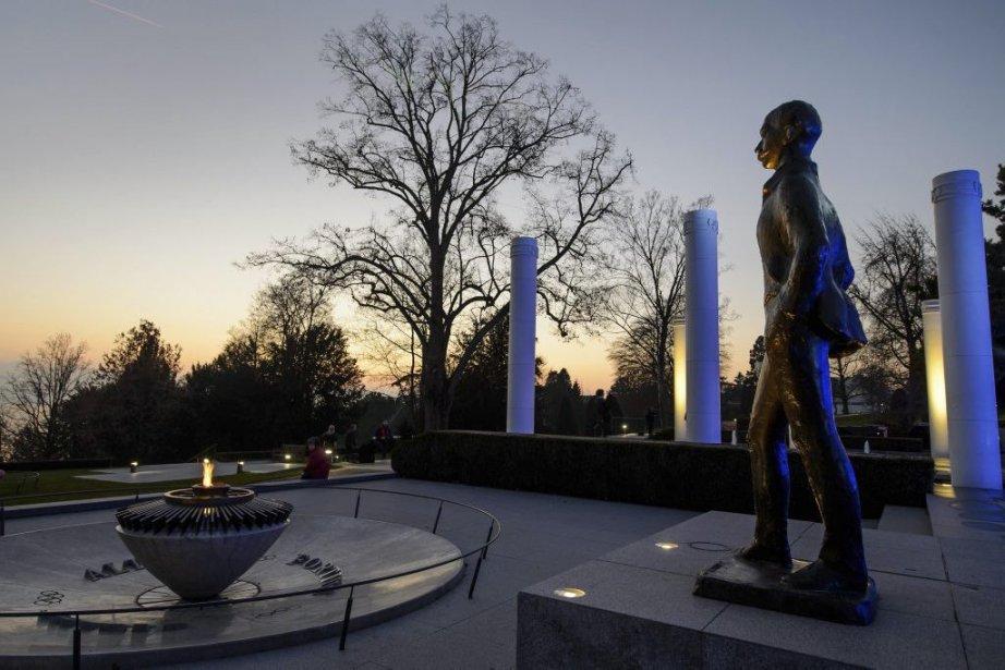 La statue de Pierre de Coubertin à l'extérieur... (Photo: AFP)