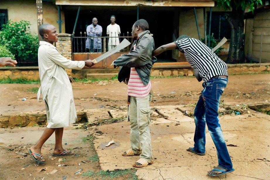 Des miliciens musulmans menacent du bout de leur... (PHOTO JEROME DELAY, AP)