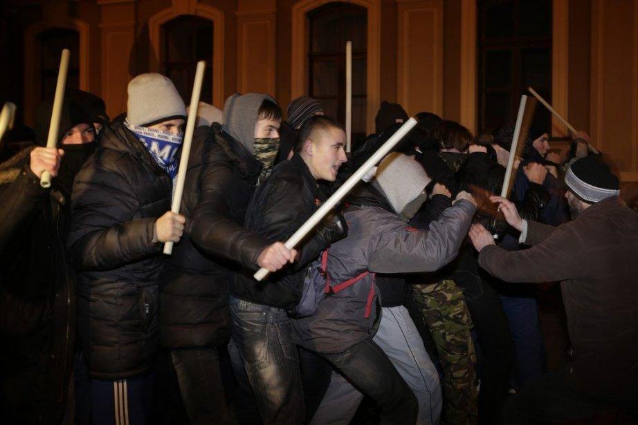 La police anti-émeute avait dans la nuit du... (PHOTO STOYAN NENOV, ARCHIVES REUTERS)