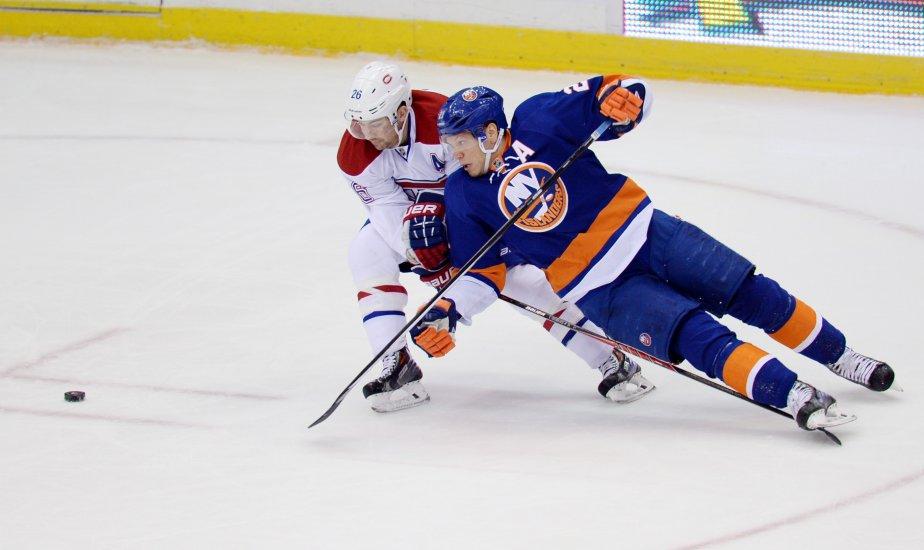Le défenseur du Canadien Josh Gorges fait trébucher Kyle Okposo des Islanders. | 14 décembre 2013