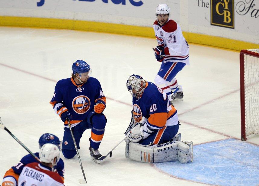 Le gardien des Islanders Evgeni Nabokov emprisonne la rondelle après avoir fait un arrêt. | 14 décembre 2013