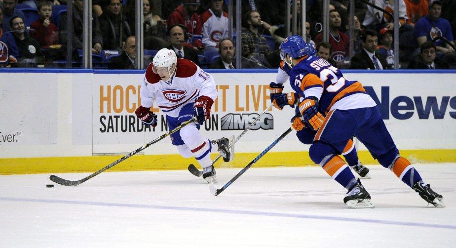 Brendan Gallagher, du Canadien, fait une incursion en zone offensive des Islanders alors que Brian Strait tente de le bloquer. | 14 décembre 2013
