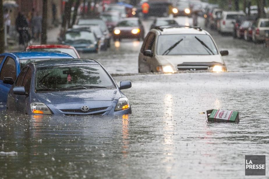 Le 29 mai 2012, une pluie torrentielle s'abat... (Photo Olivier Pontbriand, archives La Presse)