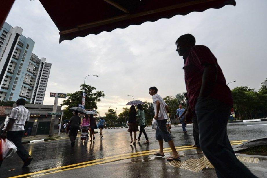Des passants dans le quartier de «La Petite... (Photo AFP)
