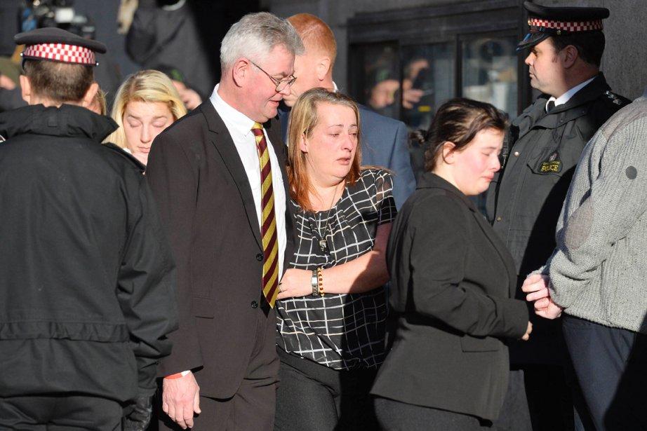 Des membres de la famille de la victime... (PHOTO BEN STANSALL, AFP)