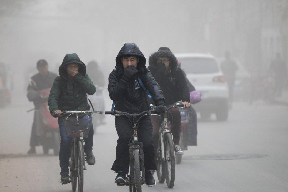 Des Chinois se cachent la bouche en raison... (Photo REUTERS)