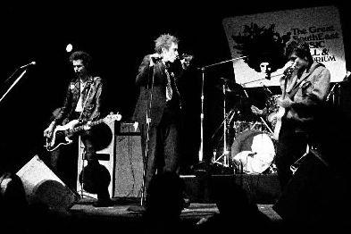 Les Sex Pistols lors d'un spectacle le 5... (Photo: archives AP)