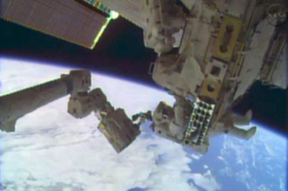 Les astronautes réparent un circuit de refroidissement du...