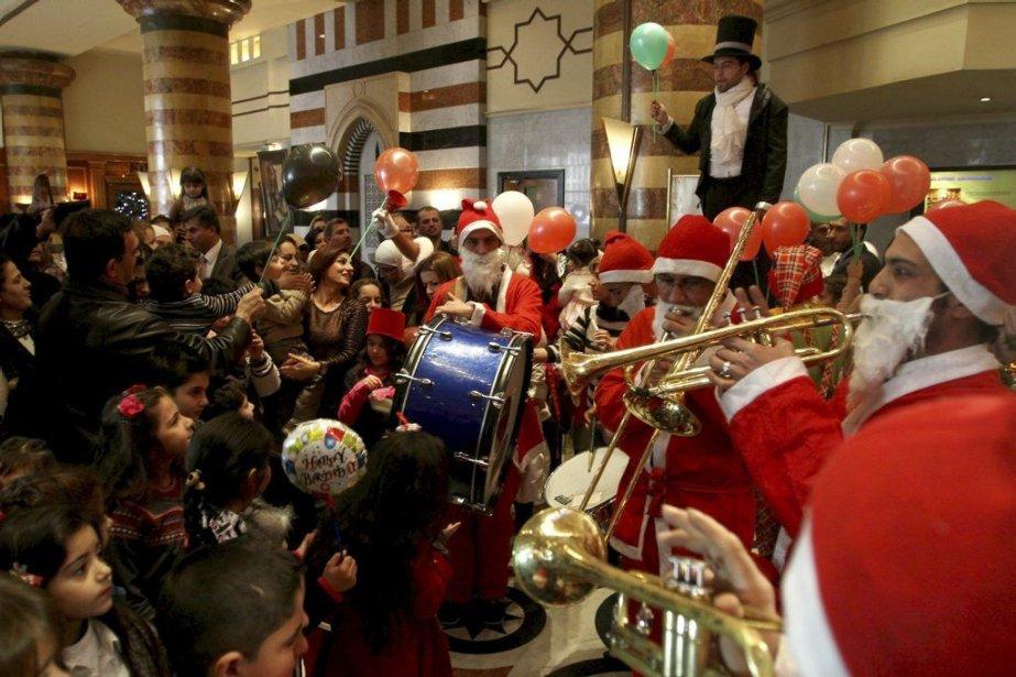 Des chrétiens fêtent Noël à Damas, en Syrie.... (Photo AP)