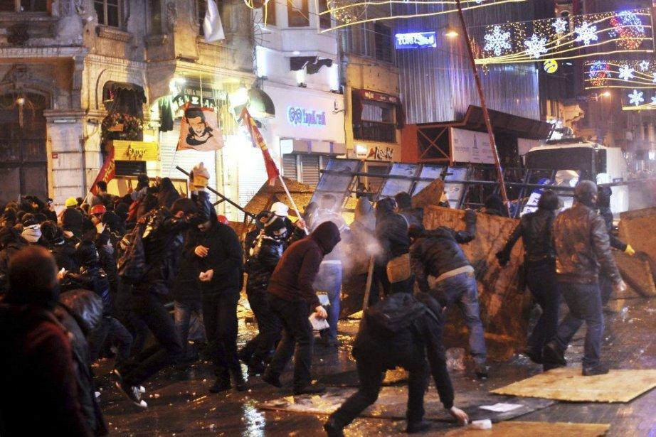 Des manifestants ont lancé des roches aux policiers... (PHOTO OZAN KOSE, AGENCE FRANCE PRESSE)