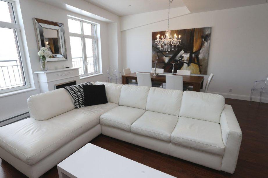 vieux montr al lire domicile dans un r frig rateur. Black Bedroom Furniture Sets. Home Design Ideas