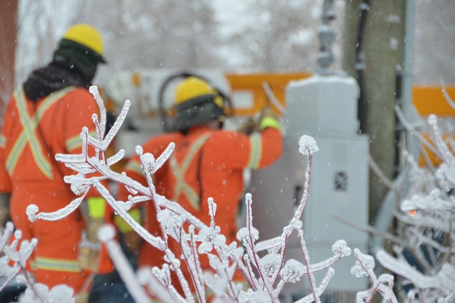 Les équipes d'Hydro-Québec à l'oeuvre après de nombreuses... (Photo Maxime Sauvage, archives La Voix de l'Est)