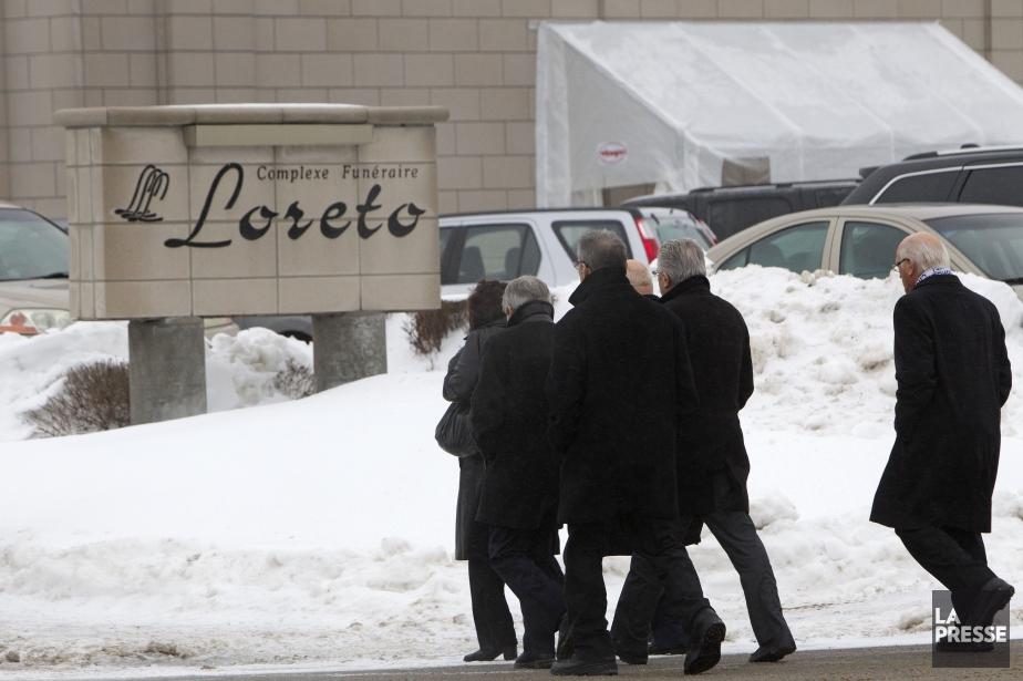 Plusieurs personnes se sont déplacées pour rendre hommage... (PHOTO ROBERT SKINNER, LA PRESSE)