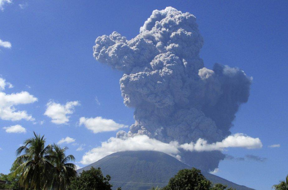 Le volcan de 2129 mètres se trouve à... (Photo Reuters)