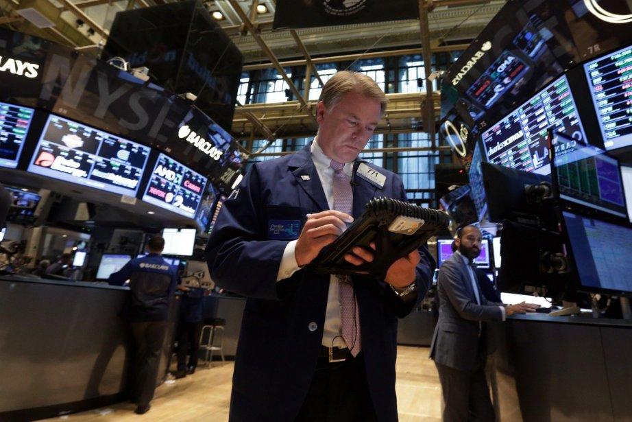 Wall Street a terminé dans le rouge vendredi, les... (Photo Richard Drew, AP)