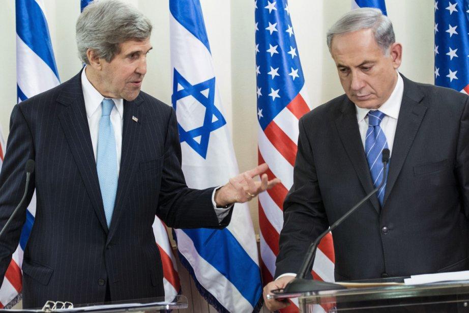 Le secrétaire d'État américain John Kerry et le... (PHOTO BRENDAN SMIALOWSKI, AFP)