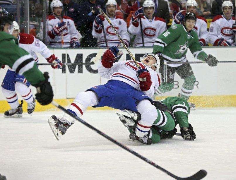 Brendan Gallagher (11) du Canadien tombe sur Vernon Fiddler des Stars lors de la première période. (Photo Sharon Ellman, AP)