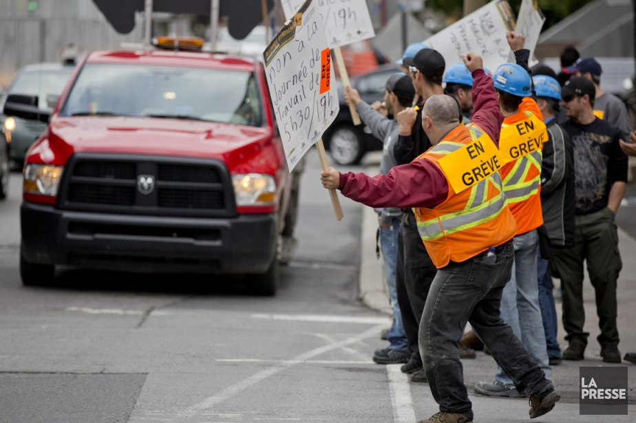Des membres de l'alliance syndicale manifestent lors d'une... (PHOTO DAVID BOILY, ARCHIVES LA PRESSE)
