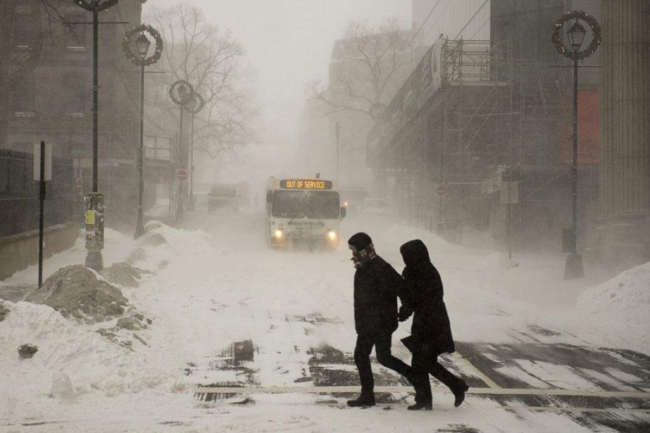 Des passants se pressent de regagner leur domicile... (Photo La Presse Canadienne)