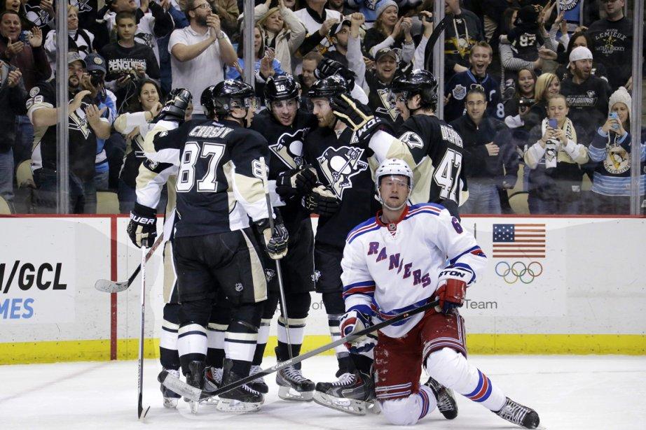 Sidney Crosby célèbre un but avec ses coéquipiers.... (Photo Gene J. Puskar, AP)