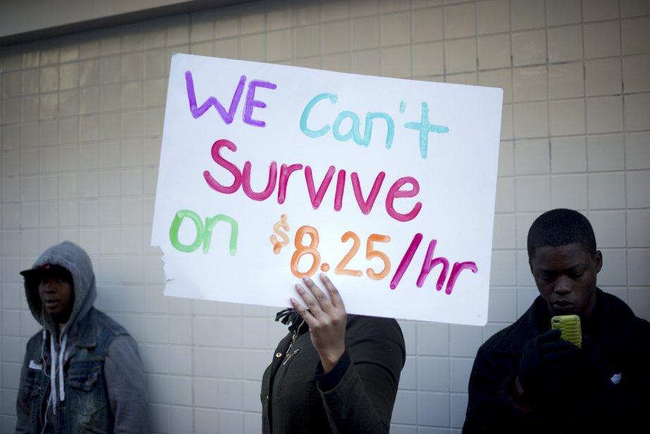 Des manifestants rassemblés devant un McDonald's de la... (Photo Noah Berger, Reuters)
