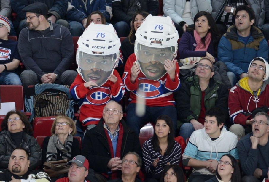 Deux partisans du Canadien encouragent P.K. Subban. (PHOTO BERNARD BRAULT, LA PRESSE)