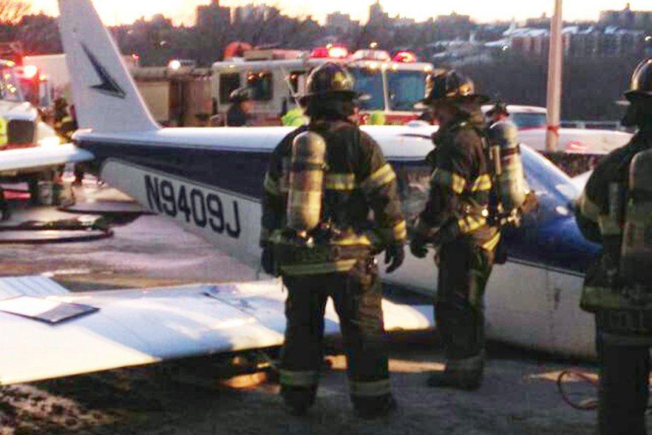 L'avion a atterri samedi après-midi sur l'autoroute Deegan.... (Photo AP)